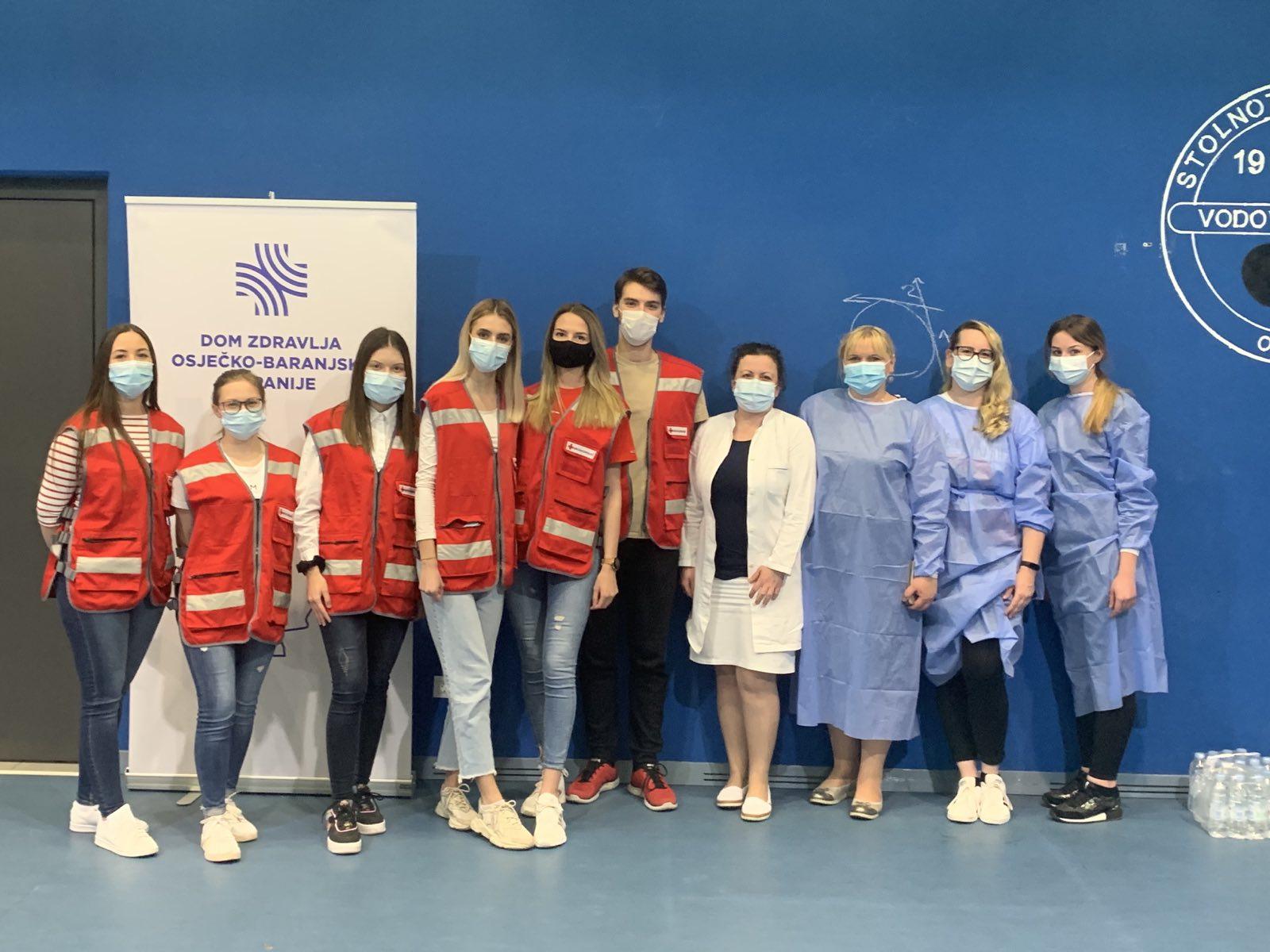 Studenti Fakulteta za dentalnu medicinu i zdravstvo Osijek volontiraju na punktovima za cijepljenje